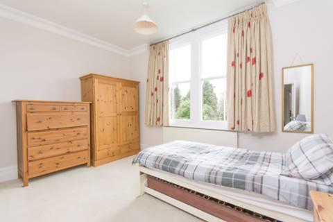 <b>Fourth Bedroom</b><span class='dims'> 13'5 x 9'7 (4.09 x 2.92m)</span>