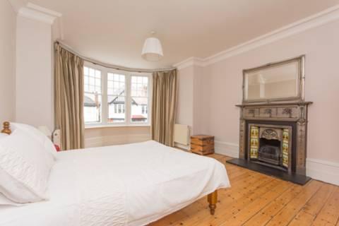<b>Main Bedroom</b><span class='dims'> 19'2 x 13'10 (5.84 x 4.22m)</span>