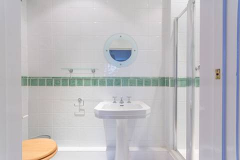 <b>En Suite Shower Room</b><span class='dims'> 9'3 x 3'7 (2.82 x 1.09m)</span>