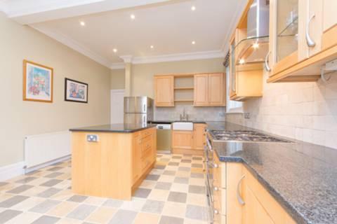 <b>Kitchen</b><span class='dims'> 18'5 x 13'4 (5.61 x 4.06m)</span>