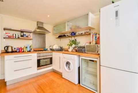 <b>Kitchen</b><span class='dims'> 15'6 x 10' (4.72 x 3.05m)</span>
