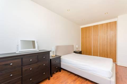 <b>Bedroom</b><span class='dims'> 18&#39;7 x 9&#39;10 (5.66 x 3.00m)</span>