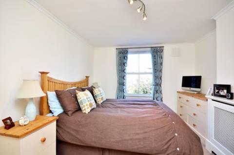 <b>Master Bedroom</b><span class='dims'> 13&#39; x 10&#39;2 (3.96 x 3.10m)</span>