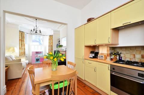 <b>Kitchen</b><span class='dims'> 11&#39;10 x 10&#39;10 (3.61 x 3.30m)</span>