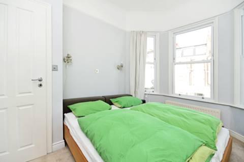 <b>Main Bedroom</b><span class='dims'> 12'8 x 12'8 (3.86 x 3.86m)</span>