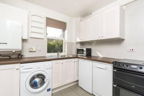 <b>Kitchen</b><span class='dims'> 9'7 x 7'11 (2.92 x 2.41m)</span>