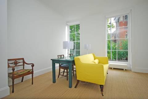 <b>Reception Room</b><span class='dims'> 16' x 15'9 (4.88 x 4.80m)</span>