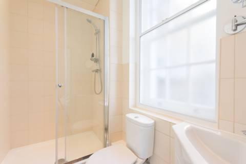 <b>En Suite Shower Room</b><span class='dims'> 7'3 x 4'7 (2.21 x 1.40m)</span>