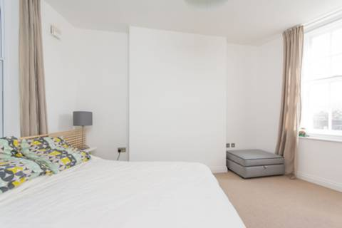 <b>Master Bedroom</b><span class='dims'> 16'4 x 12'1 (4.98 x 3.68m)</span>