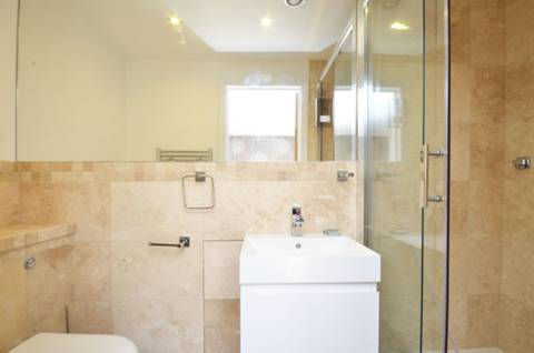 <b>En Suite Shower Room</b><span class='dims'></span>