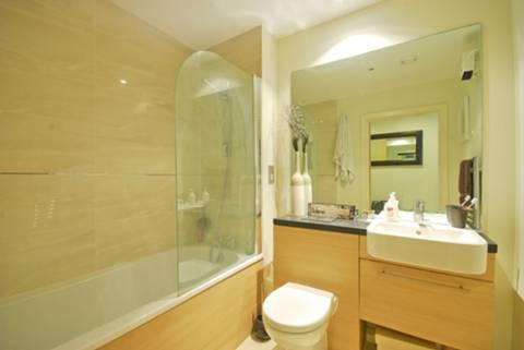 <b>Bathroom</b><span class='dims'> 7&#39;2 x 6&#39;3 (2.18 x 1.91m)</span>