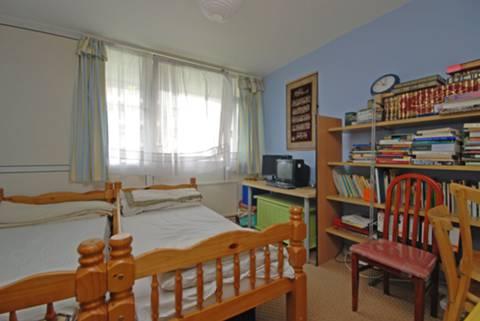 <b>Second Bedroom</b><span class='dims'> 11 x 11 (3.35 x 3.35m)</span>