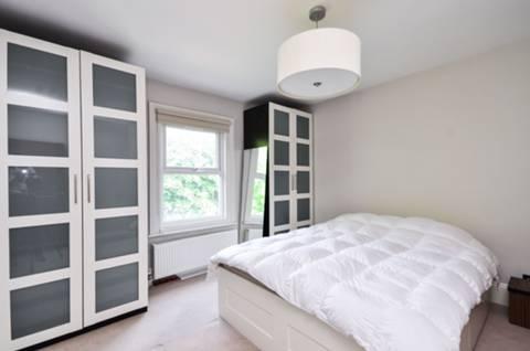 <b>Main Bedroom</b><span class='dims'> 13'9 x 12 (4.19 x 3.66m)</span>