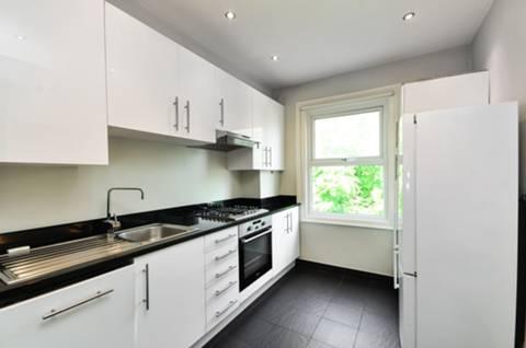 <b>Kitchen</b><span class='dims'> 13'1 x 7'10 (3.99 x 2.39m)</span>