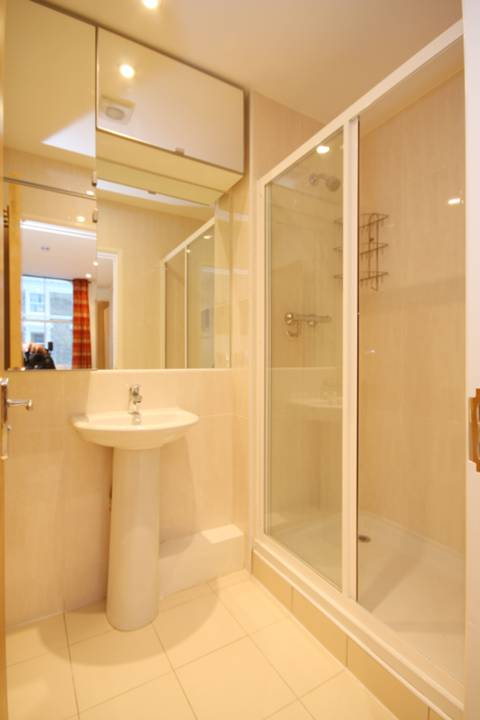 <b>Shower Room</b><span class='dims'></span>