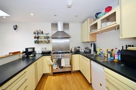 <b>Reception Room/Kitchen</b><span class='dims'> 21'7 x 16' (6.58 x 4.88m)</span>