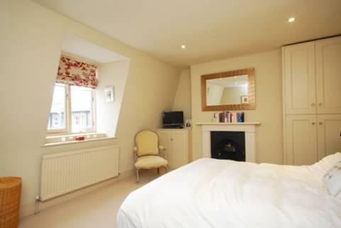 <b>Master Bedroom</b><span class='dims'> 16'3 x 12' (4.95 x 3.66m)</span>