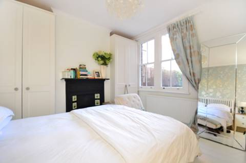 <b>Main Bedroom</b><span class='dims'> 12'6 x 11'9 (3.81 x 3.58m)</span>