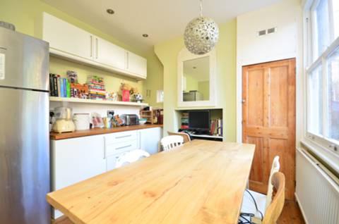 <b>Kitchen</b><span class='dims'> 17' x 13' (5.18 x 3.96m)</span>