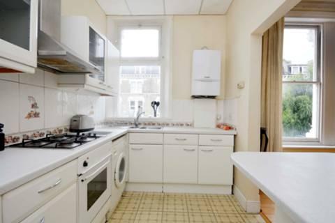 <b>Reception Room/Kitchen</b><span class='dims'> 20'4 x 18'8 (6.20 x 5.69m)</span>