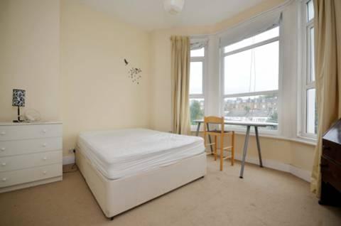 <b>Master Bedroom</b><span class='dims'> 15'4 x 12'10 (4.67 x 3.91m)</span>