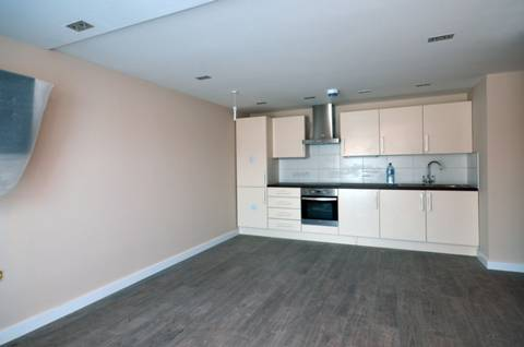 <b>Reception Room/Kitchen</b><span class='dims'> 17' x 15'9 (5.18 x 4.80m)</span>