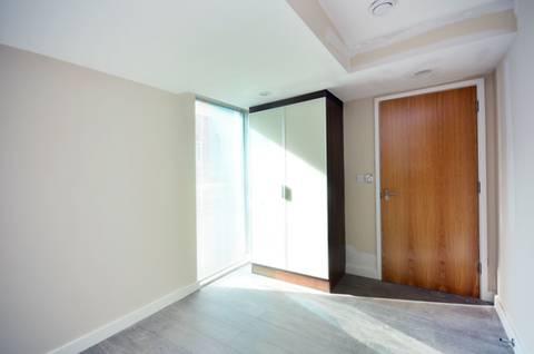 <b>Main Bedroom</b><span class='dims'> 13' x 10'2 (3.96 x 3.10m)</span>