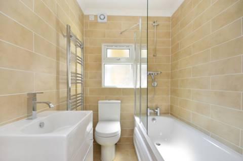 <b>Bathroom</b><span class='dims'> 5&#39;11 x 5&#39;3 (1.80 x 1.60m)</span>