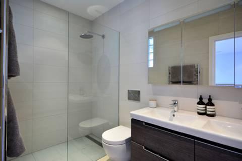 <b>En Suite Shower Room</b><span class='dims'> 9'4 x 5'2 (2.84 x 1.57m)</span>