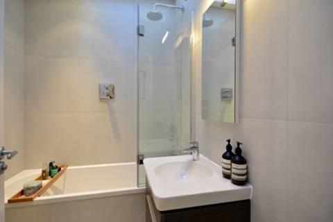 <b>Bathroom</b><span class='dims'> 6' x 5'3 (1.83 x 1.60m)</span>