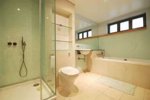 <b>Bathroom</b><span class='dims'> 12' x 6'9 (3.66 x 2.06m)</span>