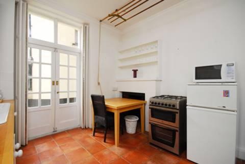 <b>Kitchen</b><span class='dims'> 10'4 x 10' (3.15 x 3.05m)</span>