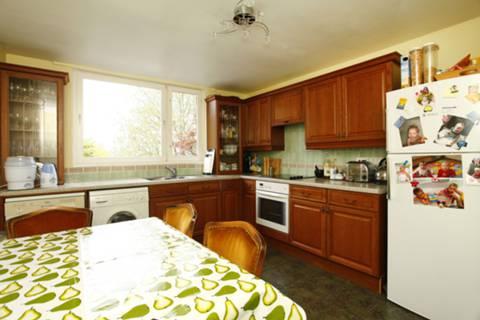 <b>Kitchen</b><span class='dims'> 13'8 x 10'7 (4.17 x 3.23m)</span>