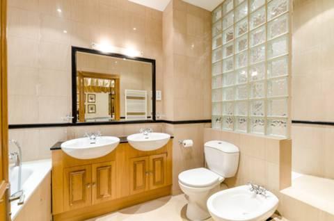 <b>First En Suite Bathroom</b><span class='dims'></span>