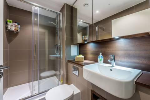 En Suite Shower Room in TW8