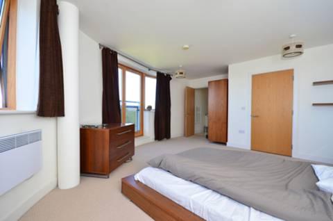 <b>Main Bedroom</b><span class='dims'> 16'9 x 14'6 (5.11 x 4.42m)</span>