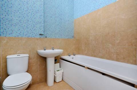 <b>Bathroom</b><span class='dims'> 8'4 x 6'8 (2.54 x 2.03m)</span>