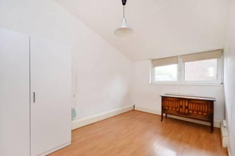 <b>Main Bedroom</b><span class='dims'> 14'6 x 9' (4.42 x 2.74m)</span>