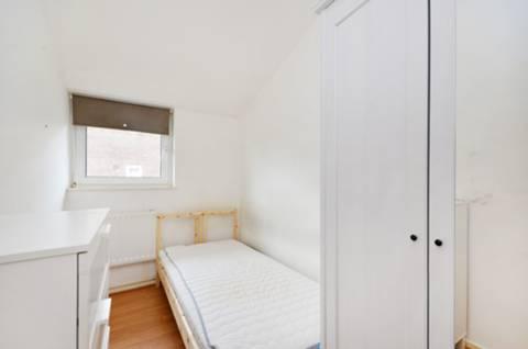 <b>Fourth Bedroom</b><span class='dims'> 9'7 x 6' (2.92 x 1.83m)</span>