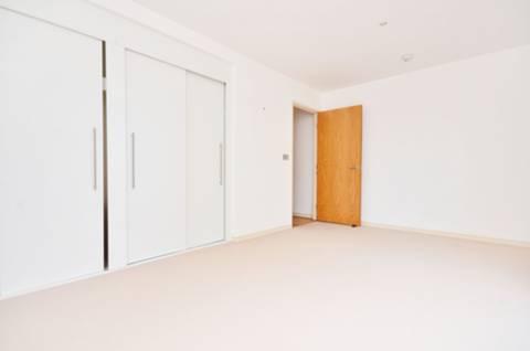 <b>Master Bedroom</b><span class='dims'> 16'11 x 10'2 (5.16 x 3.10m)</span>