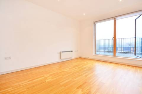 <b>Reception Room/Kitchen</b><span class='dims'> 18'11 x 13 (5.77 x 3.96m)</span>