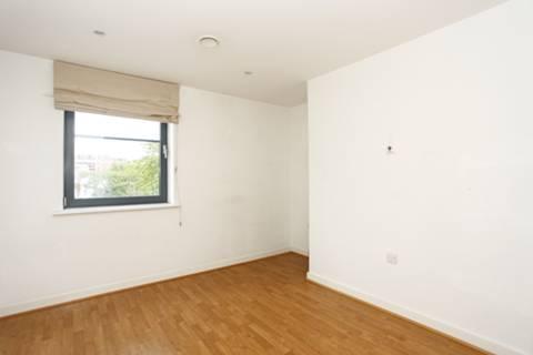 <b>Master Bedroom</b><span class='dims'> 12'3 x 11'6 (3.73 x 3.51m)</span>