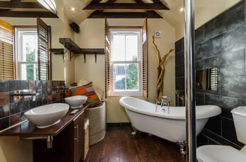 Bathroom in TW9