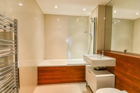 <b>Bathroom</b><span class='dims'> 6'11 x 6'2 (2.11 x 1.88m)</span>