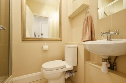 <b>Shower Room</b><span class='dims'> 6&#39;11 x 4&#39;6 (2.11 x 1.37m)</span>