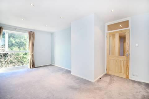 <b>Reception Room</b><span class='dims'> 17&#39;8 x 12&#39;6 (5.38 x 3.81m)</span>