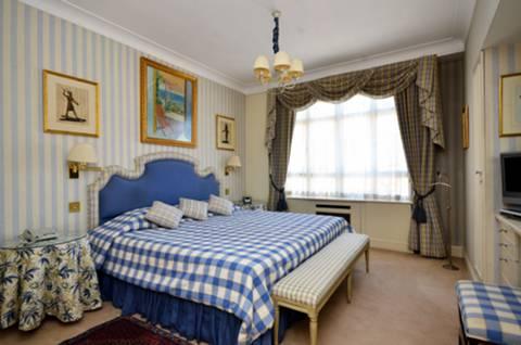<b>Master Bedroom</b><span class='dims'> 28'10 x 12'7 (8.79 x 3.84m)</span>