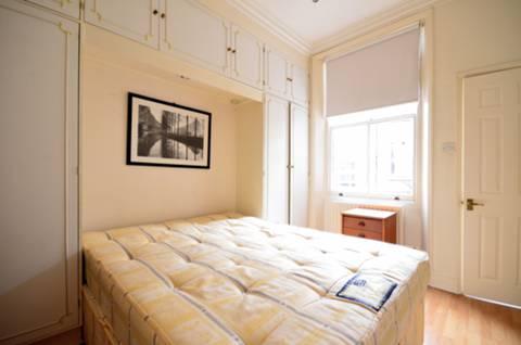 <b>Bedroom</b><span class='dims'> 13'1 x 9'8 (3.99 x 2.95m)</span>
