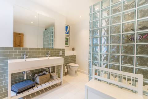 Bathroom in N16