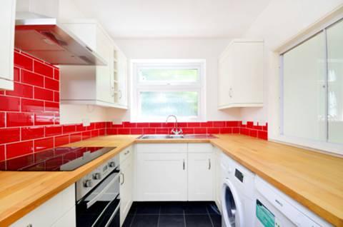 <b>Kitchen</b><span class='dims'> 8'9 x 6'11 (2.67 x 2.11m)</span>